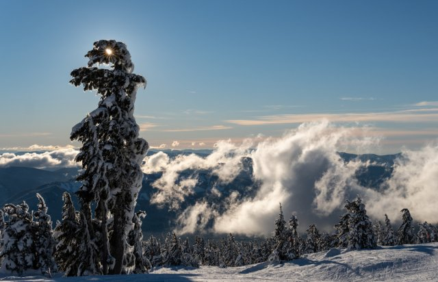 Sonne, Berge und Wolken von Beerwith