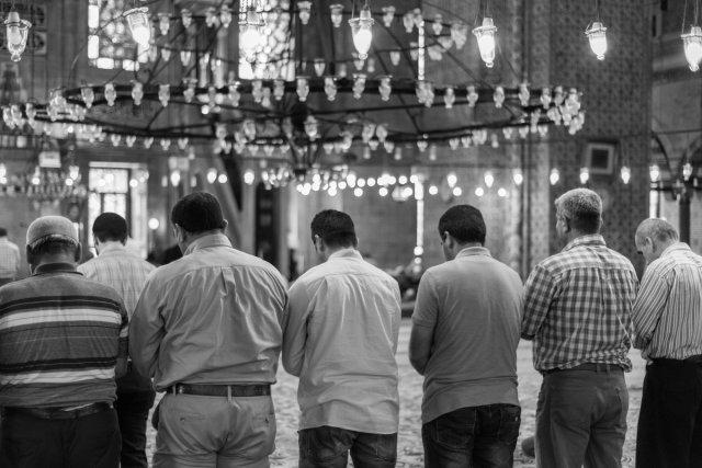 Betende Männer in der neuen Moschee in Istanbul von V.Kull
