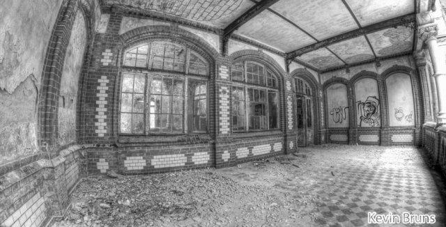 """Frauen Sanatorium Beelitz """"Balkon"""" von Kevin Bruns"""