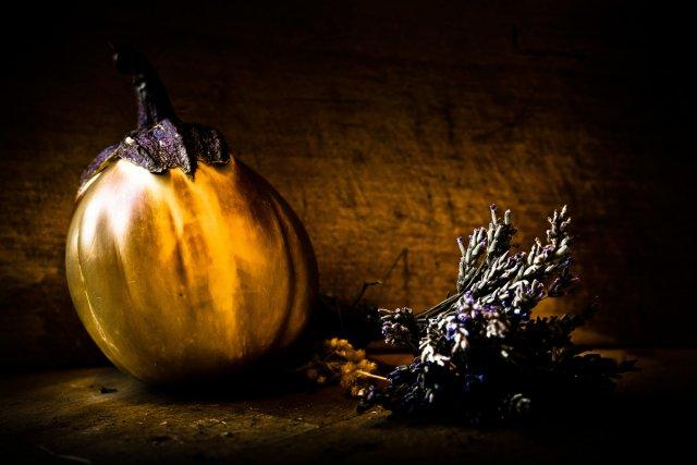 Die gelbe Aubergine am Lavendel von Bernd Unger