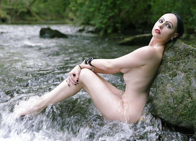 Akt im Fluß (der Zeit) von apj.de
