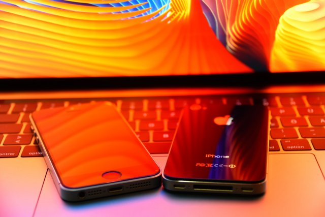 Reflections on iPhones 5 von simonwaldherr