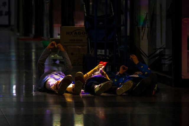 Kinder in Neonwüste von bermudez