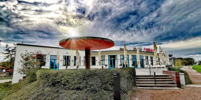 Dunkle Wolken über das Kornhaus in Dessau Roßlau von eidlovepus