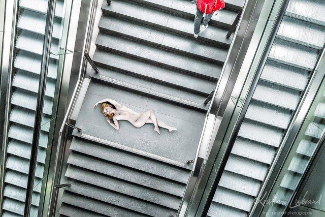 Nude in Public // Urban Nude // Rolltreppe von Kristian Liebrand