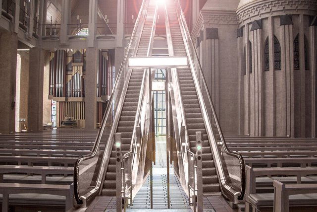 Rolltreppe zur Seligkeit von Chris Walu