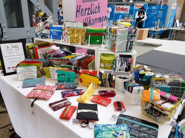 Tisch mit vielen bunten Taschen auf der Maker Faire Vienna 2018