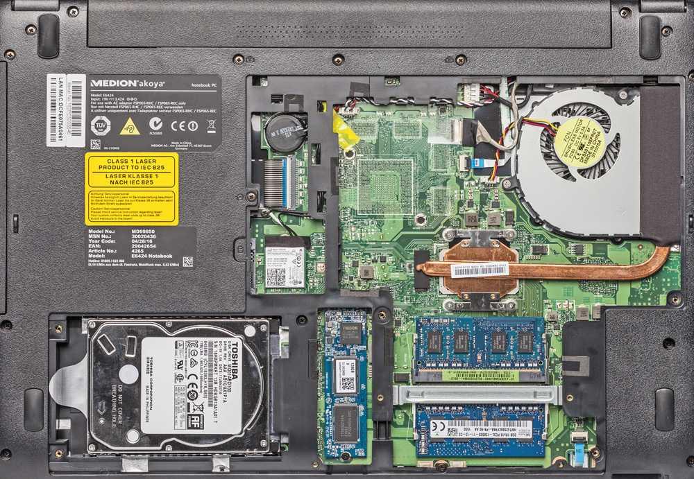Massenspeicher, RAM-Module und WLAN-Adapter sind über eine verschraubte Bodenplatte zugänglich.