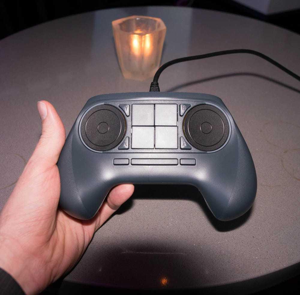 Der auf der CES gezeigte Prototyp hatte noch vier zentrale Buttons und die beiden Vierergruppen unter den Touchpads gab es noch nicht.