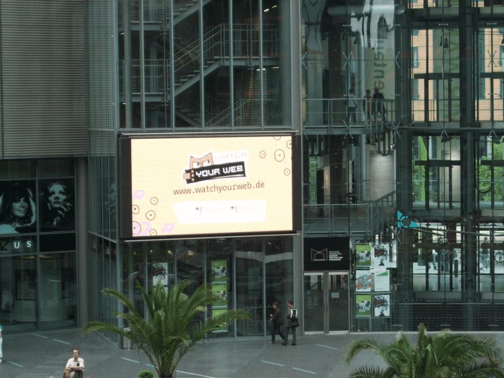 """Werbespot """"Watch Your Web"""" auf FGroßbildleinwand im Berliner Sony-Center"""