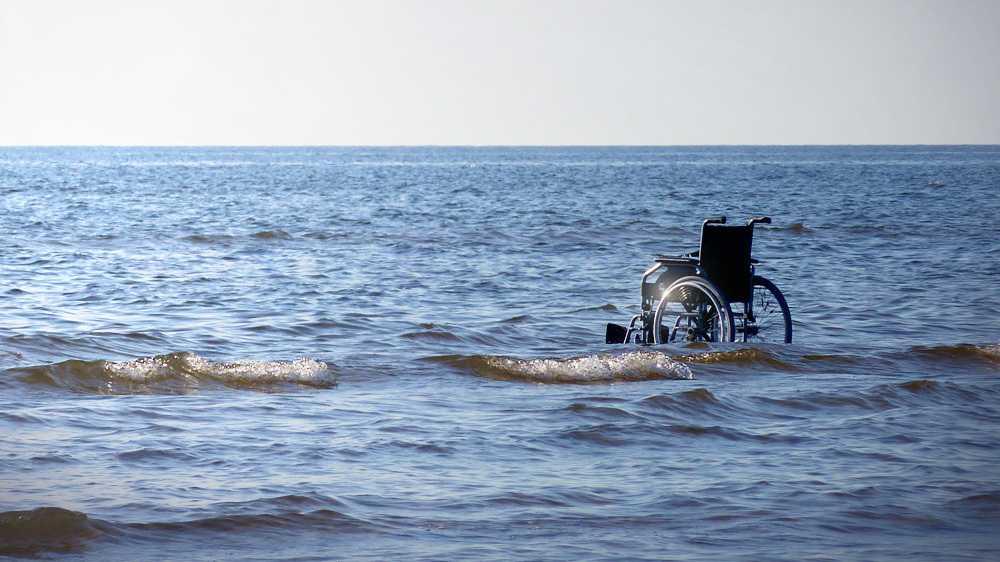 Rollstuhl im Wasser