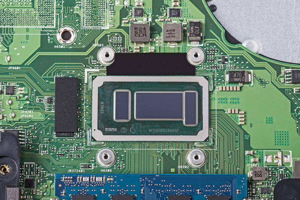 Im Medion Akoya E6424 arbeitet der Core i5-6267U. Der SoC-Prozessor versammelt gleich drei Silizium-Dice auf seiner Trägerplatine, nämlich den Prozessor (Mitte), den bei Iris-Varianten obligatorischen L4-Cache (rechts) sowie den Chipsatz (links).