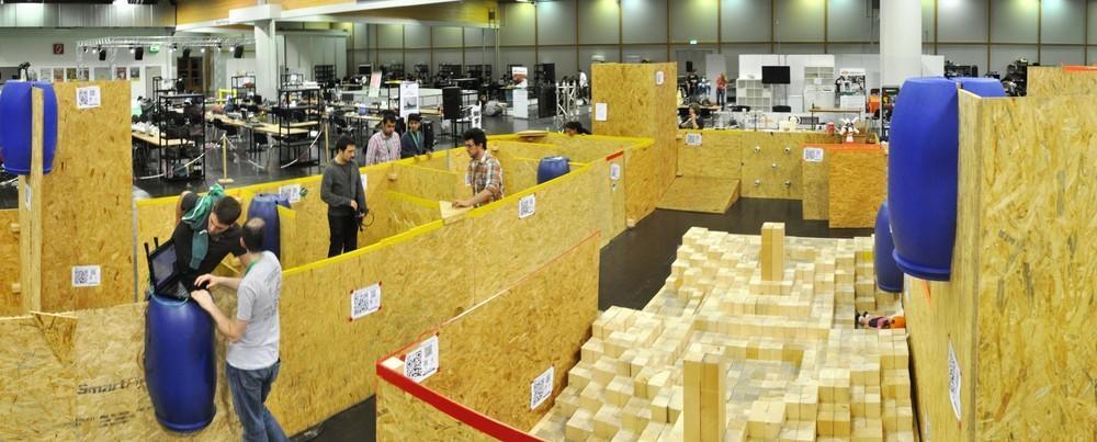 Parcours beim RoboCup Rescue: Im Vordergrund liegt das Stepfield, das für Roboter ein besonders schwieriges Gelände bietet. Vor dem eigentlichen Wettkampf können die Teams zwei Tage lang trainieren.