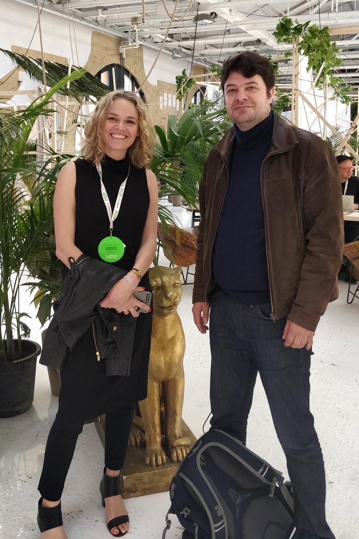 Katherine Maher mit heise-online-Autor Torsten Kleinz.