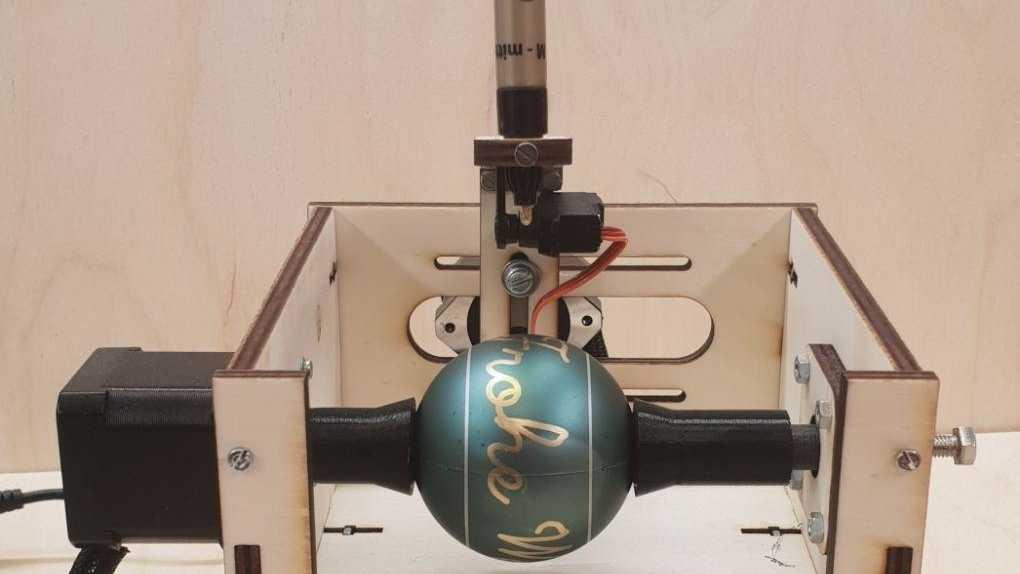 C-Egg-Malbot mit Weihnachtskugel