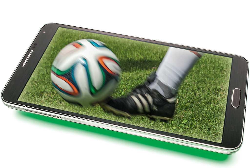 Wer will, verpasst zwar auch mobil kein Tor bei der Fußball-WM, jubelt aber meist später als Zuschauer am Fernseher.