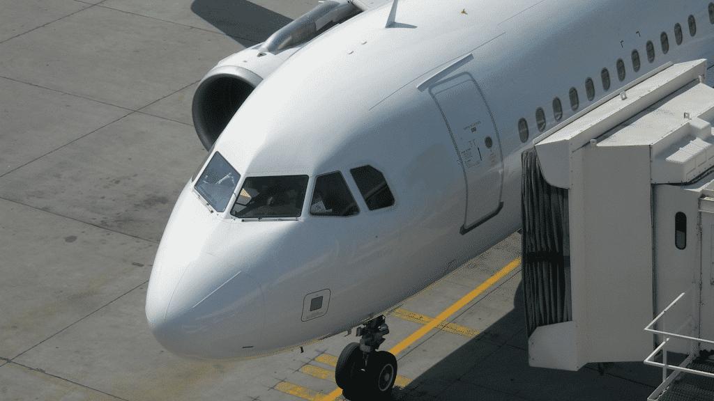 Flugzeug am Gate