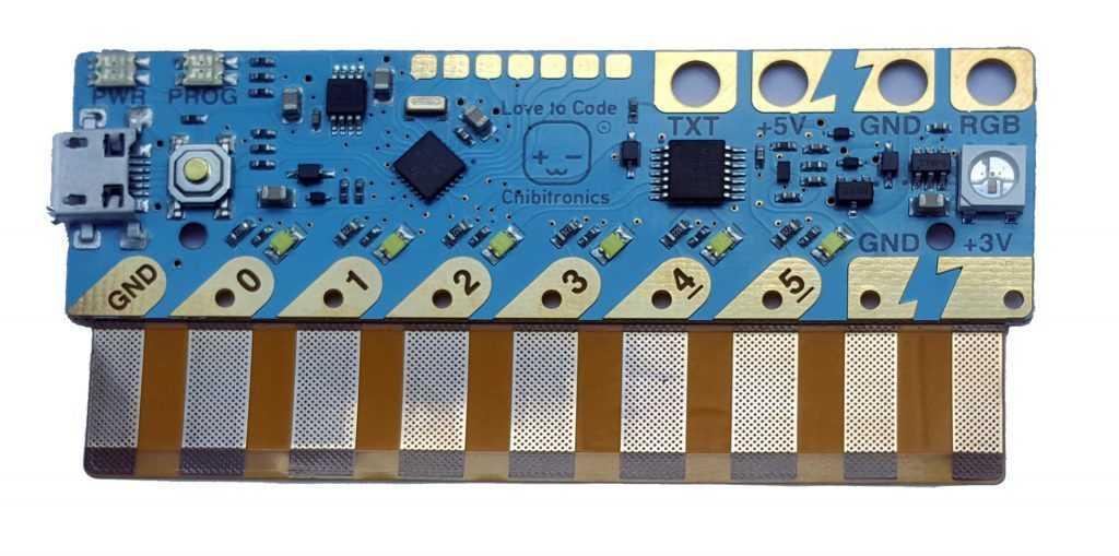Ein hellblaues Board mit orangener Kontaktleiste