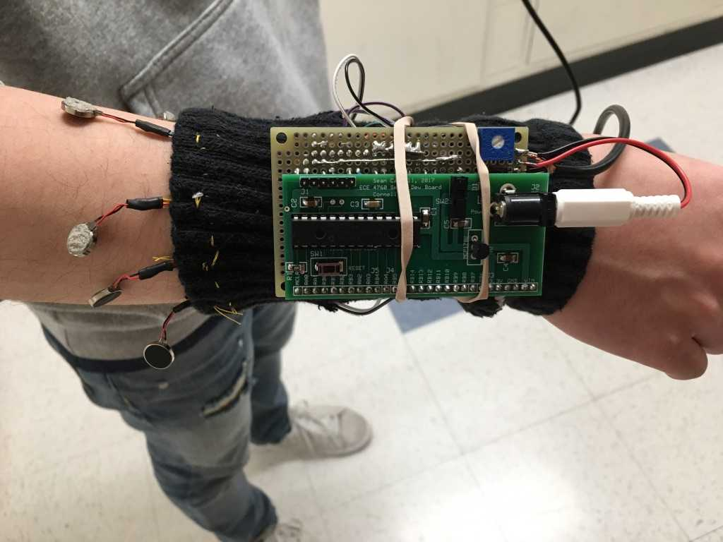 Auf einem Arm ist eine schwarze Manschette mit Elektronik befestigt