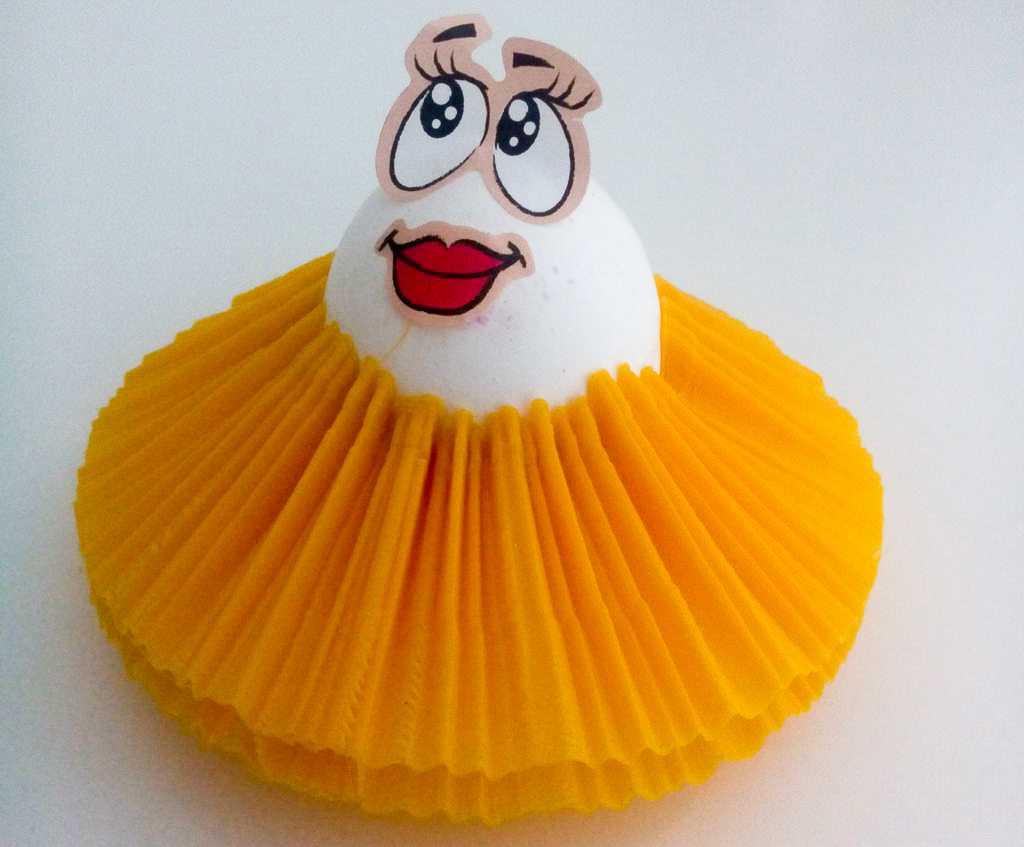 Ein Ei mit gelben Tütü aus dem 3D-Drucker und einem Gesicht