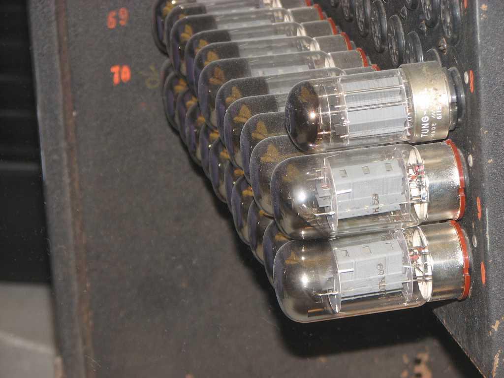 Zahlen, bitte! 17.468 Röhren des ENIAC, erster vollelektronischer Computer