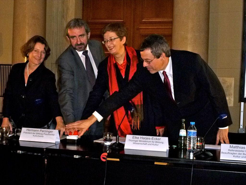 Endlich ein Beta-Start für die DDB: Jill Cousins, geschäftsführende Direktorin der Europeana-Stiftung sowie Hermann Parzinger, Elke Harjes-Ecker und Matthias Harbort aus dem DDB-Kompetenznetzwerk (v.l.n.r.)