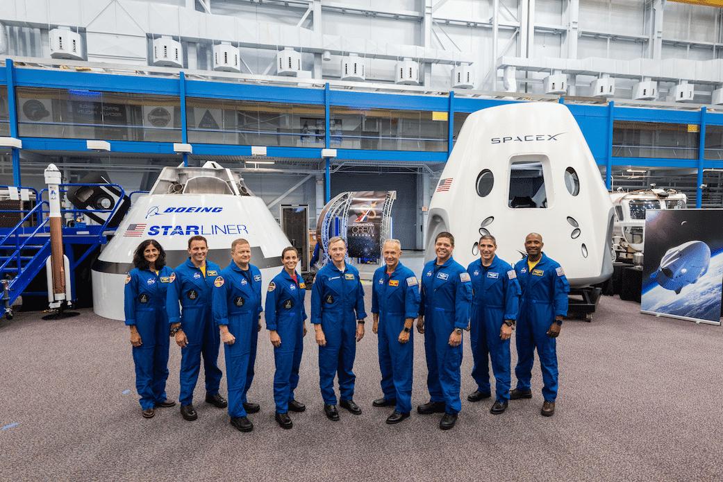 Die gesamte Crew für die Testflüge mit den Raumschiffen von Boeing und SpaceX: Sunita Williams, Josh Cassada, Eric Boe, Nicole Mann, Christopher Ferguson, Douglas Hurley, Robert Behnken, Michael Hopkins, Victor Glover [v.l.n.r.]