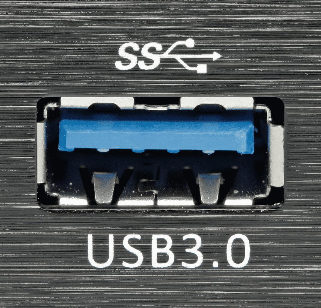 USB-3.0-Ports erkennt man an der blauen Farbe und an den zusätzlichen Kontakten für die Superspeed-Übertragung.
