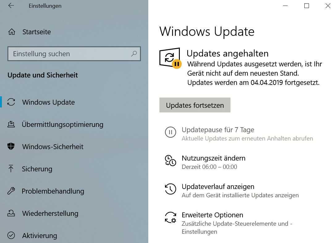 Windows Update informiert direkt über die Nutzungszeit und erlaubt ein Pausieren von Updates, ohne in Untermenüs herumklicken zu müssen.