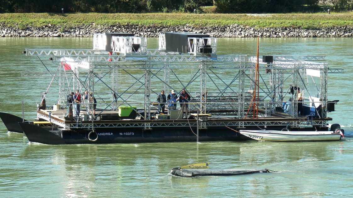 Schwimmender Schwarm von Strom-Bojen - Minikraftwerke im Rhein