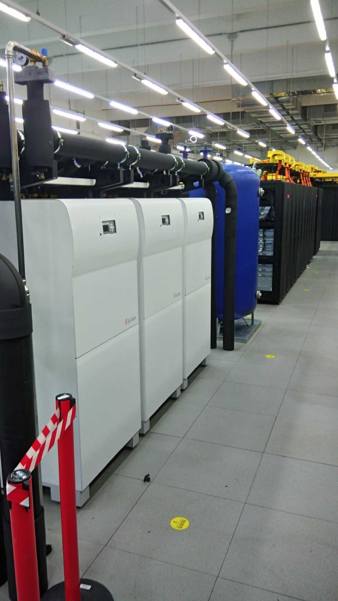 Braucht auch ganz schön Platz: die Adsorpionskältemaschine am SuperMUC.