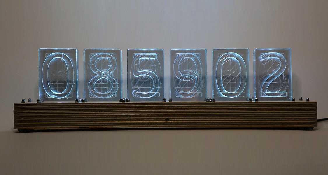 Frontansicht einer Uhr mit LED-Ziffern, die an Nixie-Optik angelehnt sind.