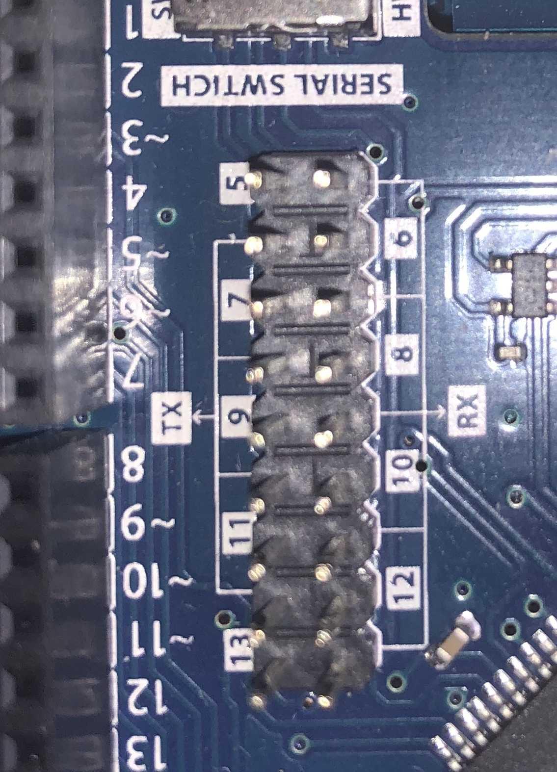 Statt den hardwaremäßigen seriellen Port des Arduino zur Kommunikation zu benutzen, bietet 1Sheeld+ eine Pinreihe, um alternative Pins zu benutzen. Dazu sind die jeweils erwünschten Pins zu jumpern.