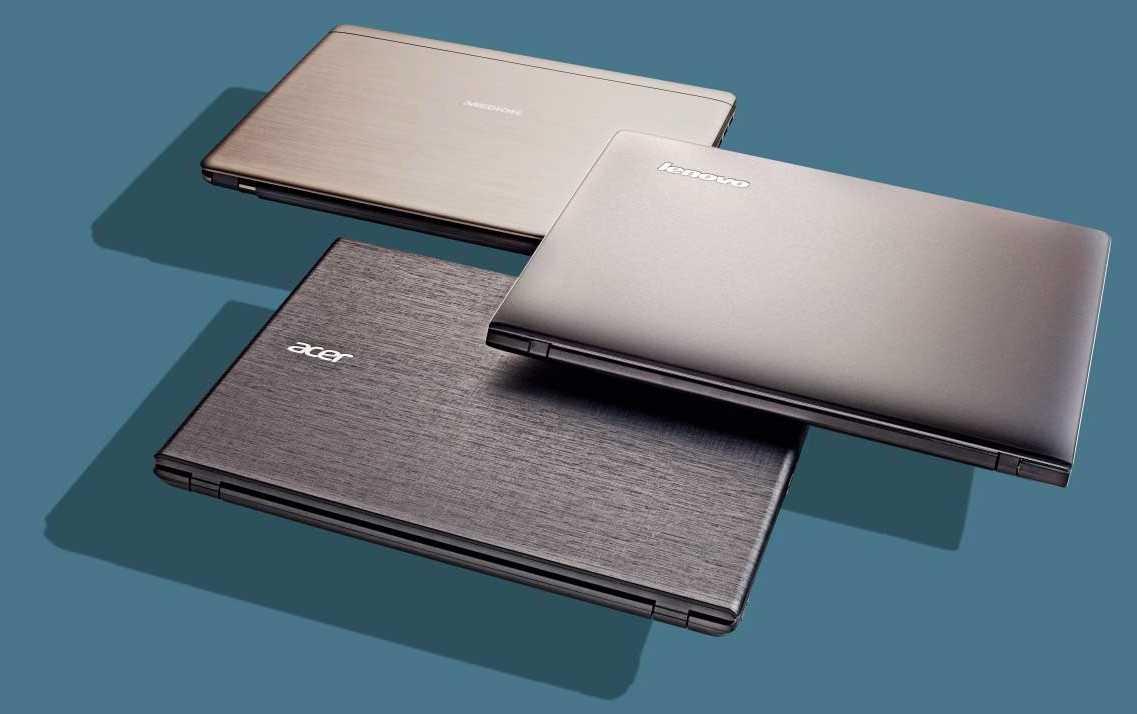 Hinterlassen die Tasten auf dem zugeklappten Notebook-Display nach dem Herumtragen Spuren, kann an diese mit einem feuchten Lappen entfernen.