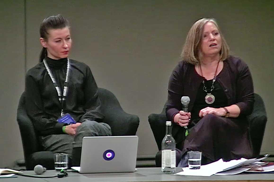 """Svitlana Matviyenko (links) und Megan Boler (rechts) auf der Transmediale: Cyberwar zwischen """"Ästhetisierung der Politik"""" und der """"totalen Mobilisierung"""""""