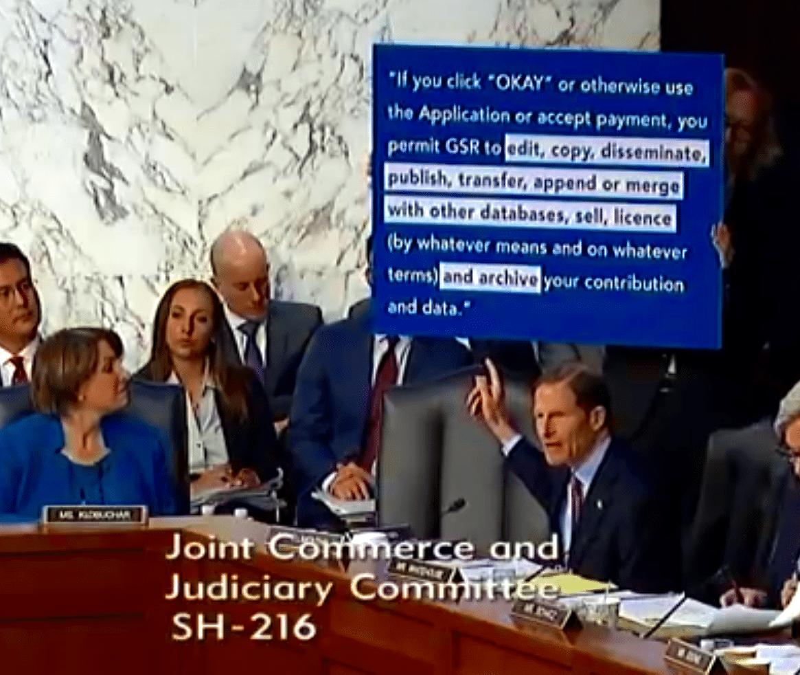 US-Senator Blumenthal zeigt eine Passage aus Aleksandr Kogans Teilnahmebedingungen
