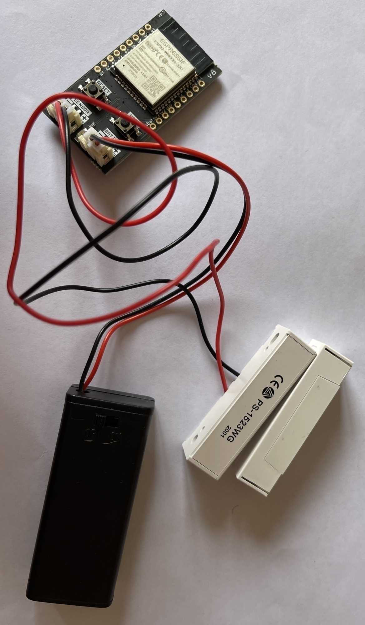 Bei einem eigenen Experiment prüft das trigBoard mittels Magnetkontakten, ob eine Tür geöffnet oder geschlossen wird.