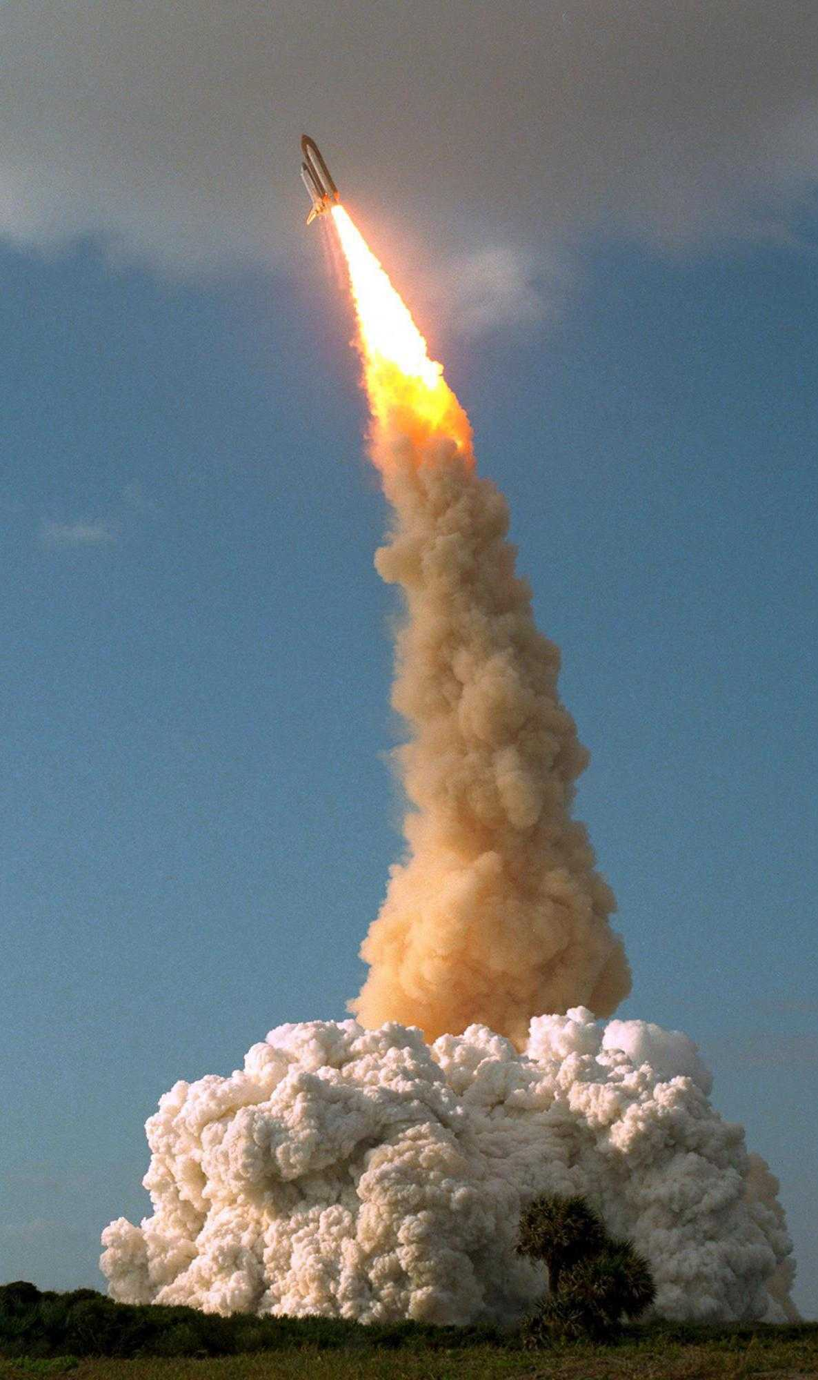 Der Start des Space-Shuttles Discovery mit Hubble an Bord