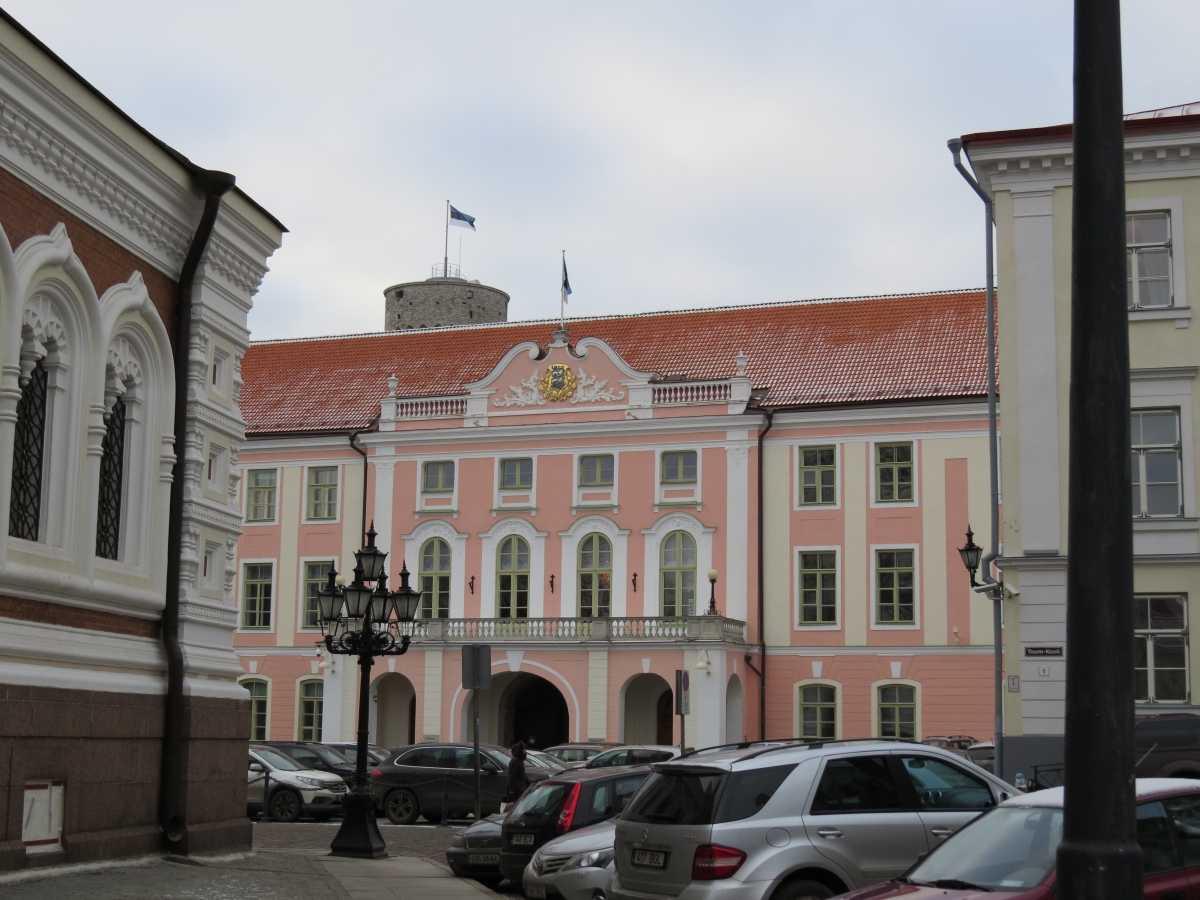 Das Parlament Estlands (der Riigikogu) hat 101 Mitglieder und befindet sich auf dem Domberg in der Altstadt Tallins.