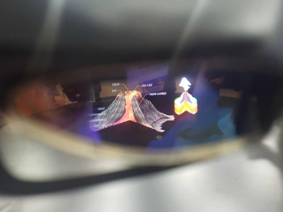 ODG demonstrierte ihr R8- und R9-Brillen lediglich mit statischen 3D-Filmchen. An die Umgebung angepasst hat sich die Darstellung nicht.
