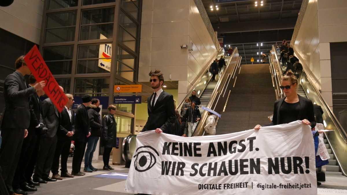 """""""Verunsicherungsbahnhof"""" Südkreuz: Spalier für alle"""