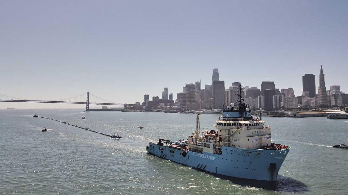 """Startschuss für """"The Ocean Cleanup"""" - der Plastikfänger legt ab"""
