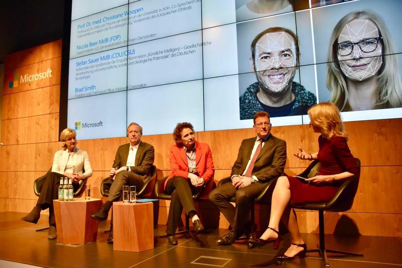 Auf dem Podium diskutierten: Christiane Woopen, Brad Smith, Nicola Beer, Stefan Sauer und die Moderatorin (v. l. n. r.).