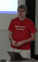 Lennart Poettering im Tea-Party-Shirt beim Vortrag.