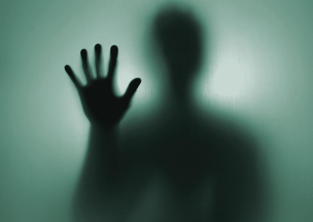 Person hinter transparentem Parawan