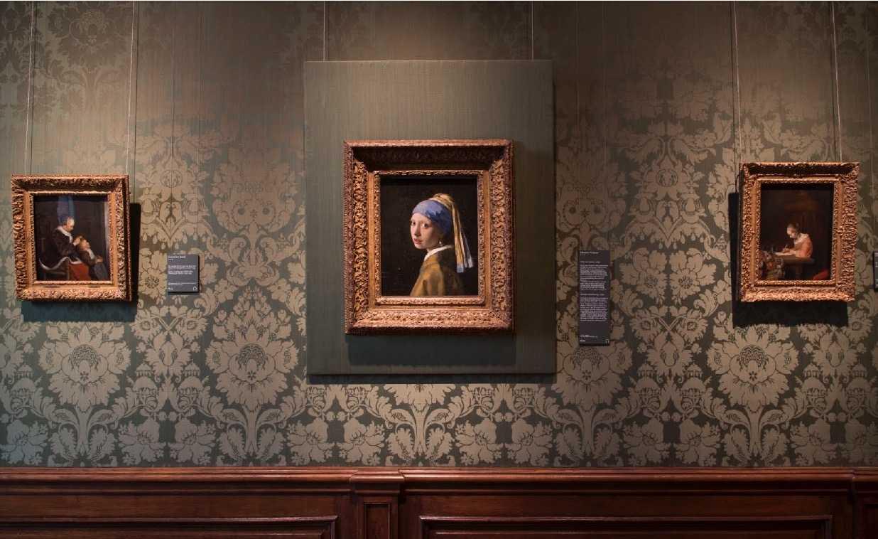 So hängt Vemeers Mädchen mit dem Perlenohrring original im Mauritshuis.