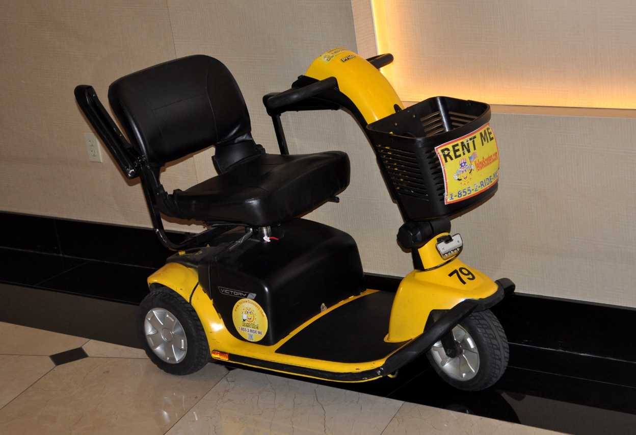 Solche E-Scooter vermieten die Hotels gerne. Wer dagegen ein Fahrrad haben will, wird schief angeguckt,