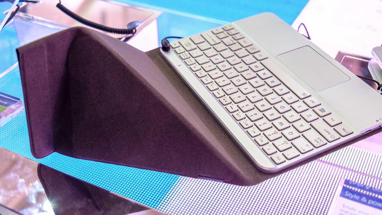 Die Tastatur dient als Schutzhülle und als Aufsteller, benötigt aber eine halbwegs gerade und feste Unterlage.
