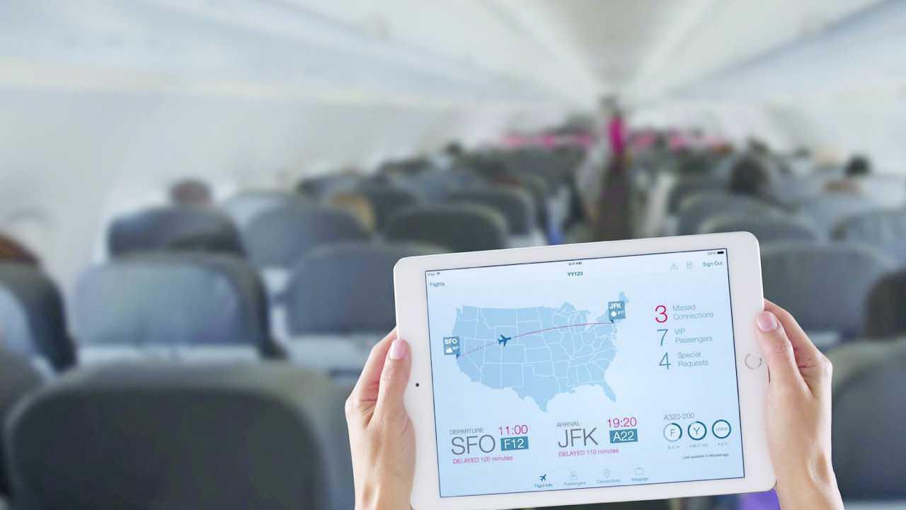 Passagier im Flugzeug mit Tablet
