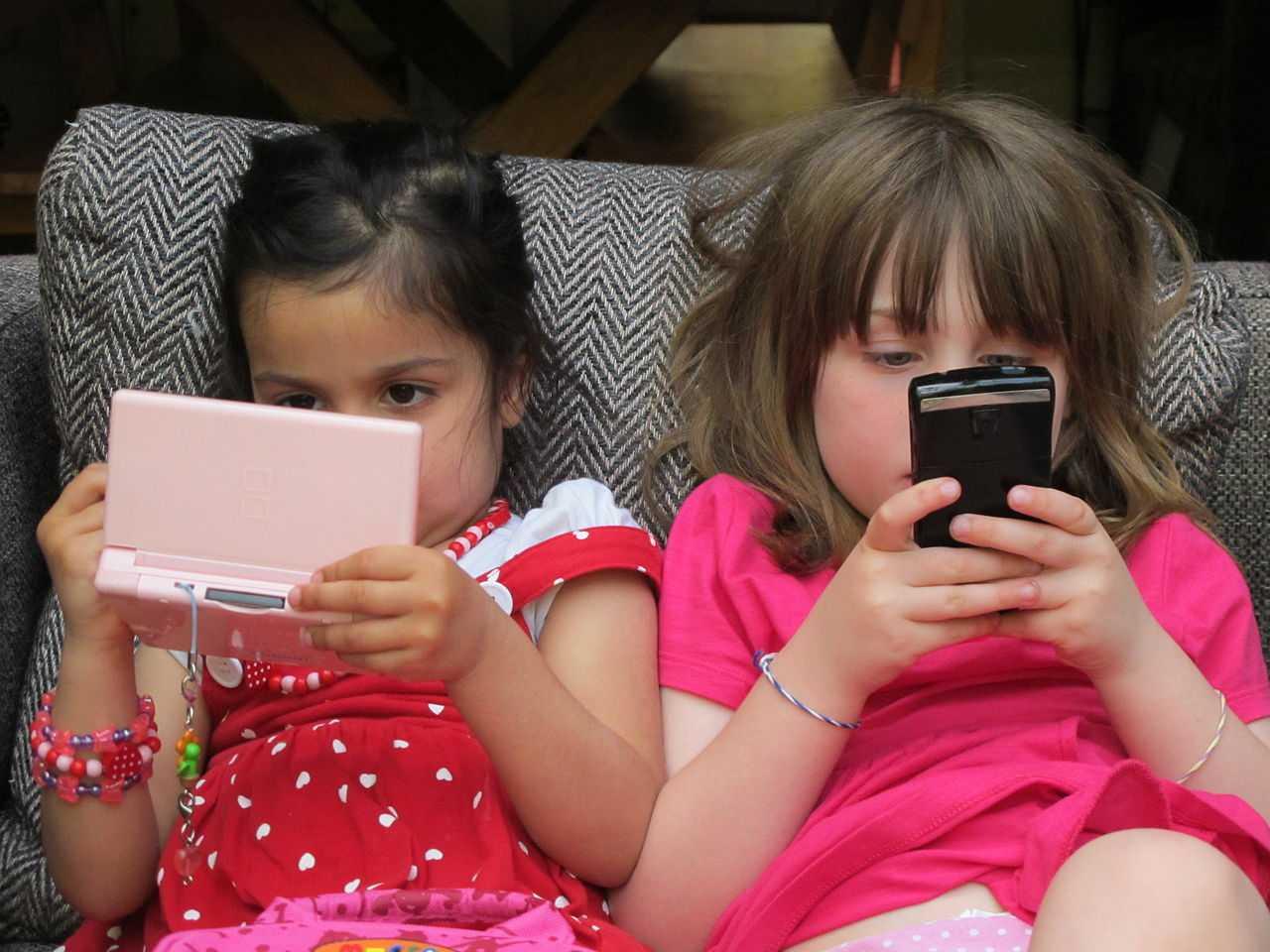 2 Mädchen mit Handys